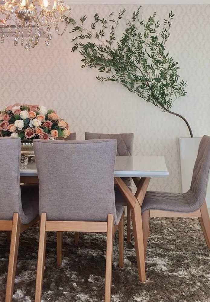 Plantado em um vaso alto, esse bambu mossô decora com charme e elegância a sala de jantar.