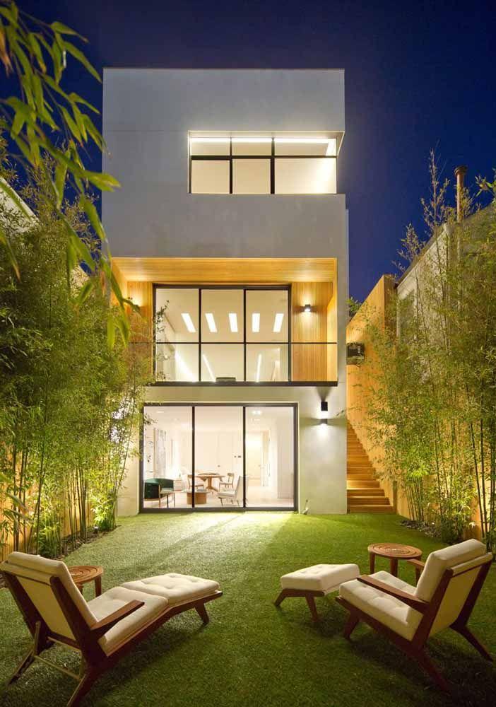 Nessa casa, os bambus mossô formam uma moldura verde em torno do quintal