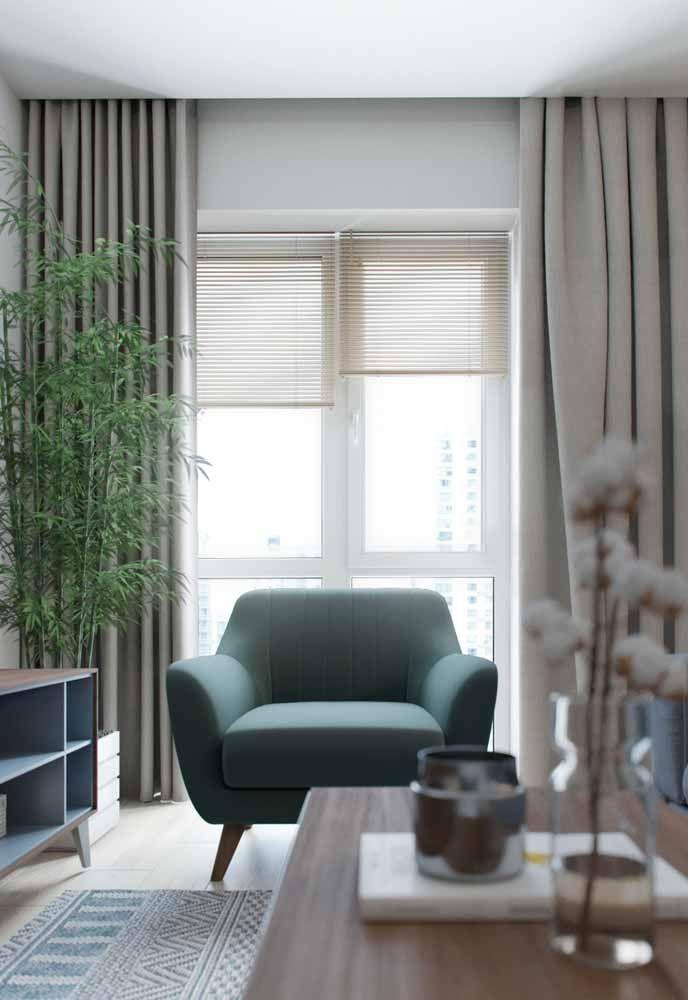 A sala de tons sóbrios ganhou vida com o verde intenso das folhas do bambu mossô