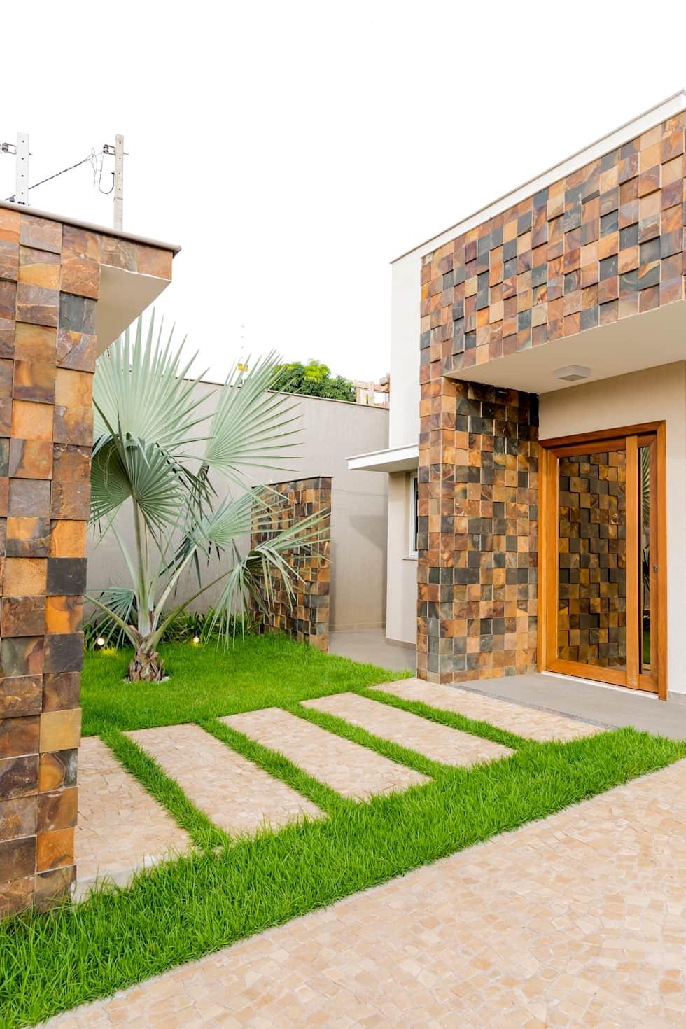 Mesmo ainda pequena essa palmeira azul já se destaca na entrada da casa ornamentada por pedras