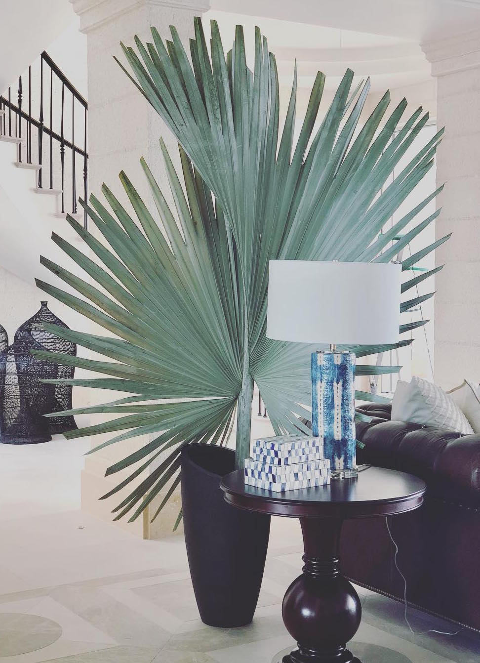Olha o efeito que apenas uma folha de palmeira azul dá para a sala