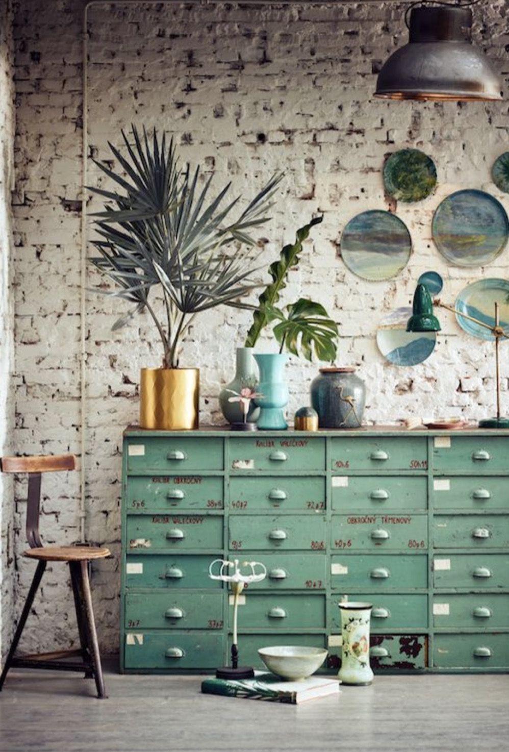 A decoração rústica e com uma leve pegada industrial apostou no pequeno vaso de palmeira azul para trazer natureza e frescor ao ambiente