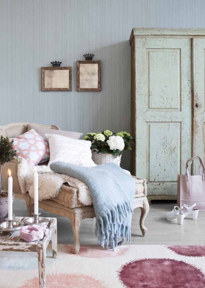 Essa sala é puro charme e delicadeza com o armário e a mesinha em pátina