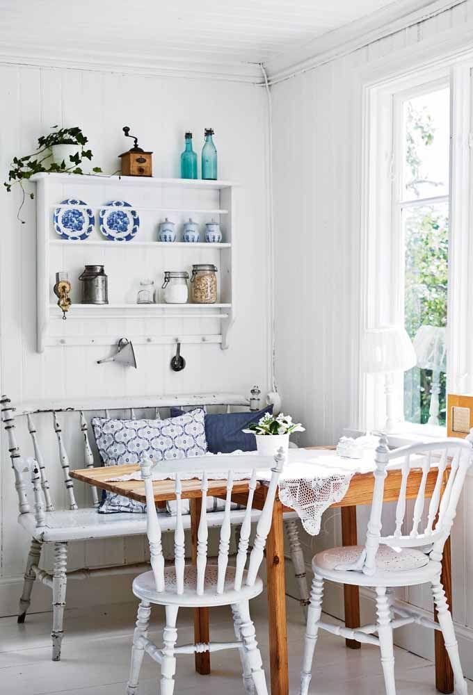 A mesa de madeira ficou mais charmosa com o banco e as cadeiras em pátina branca