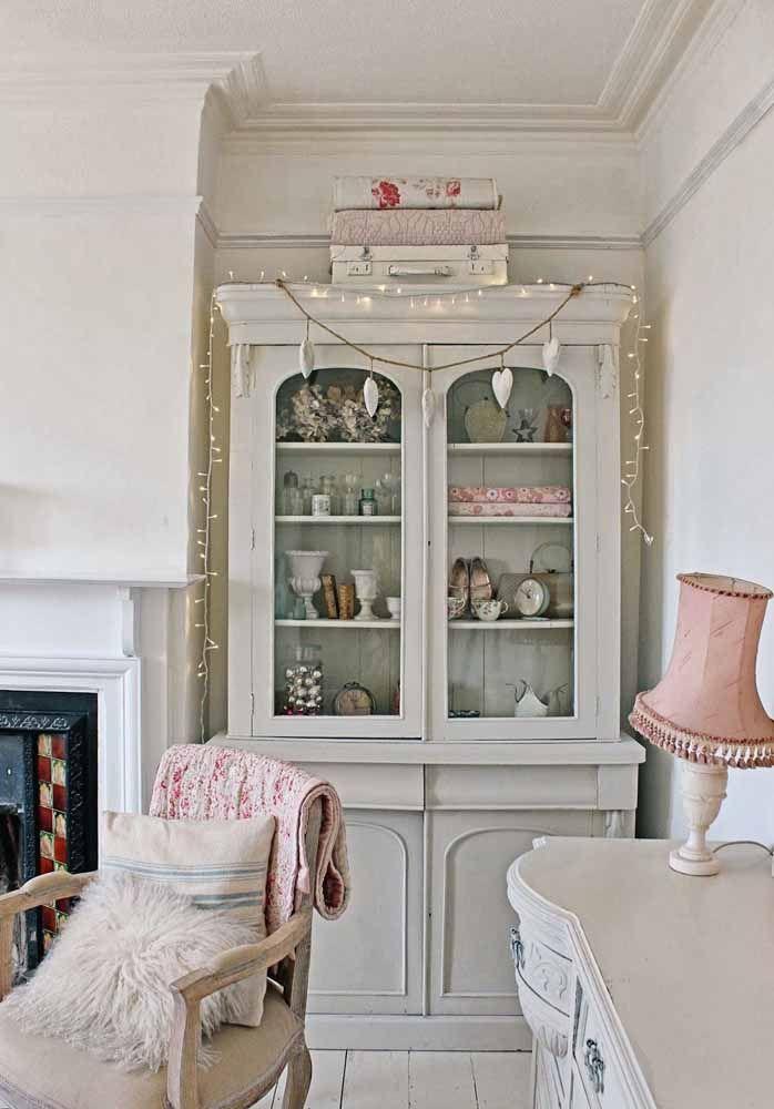 A sala de decoração clássica apostou em um buffet com efeito pátina para ficar ainda mais acolhedora