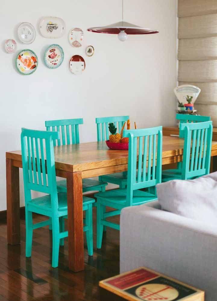Para os mais ousados, cadeiras azul turquesa com acabamento em pátina