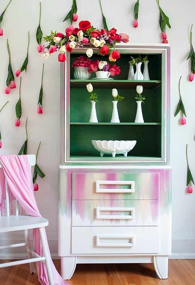 Um armário em pátina pra lá de delicado e romântico