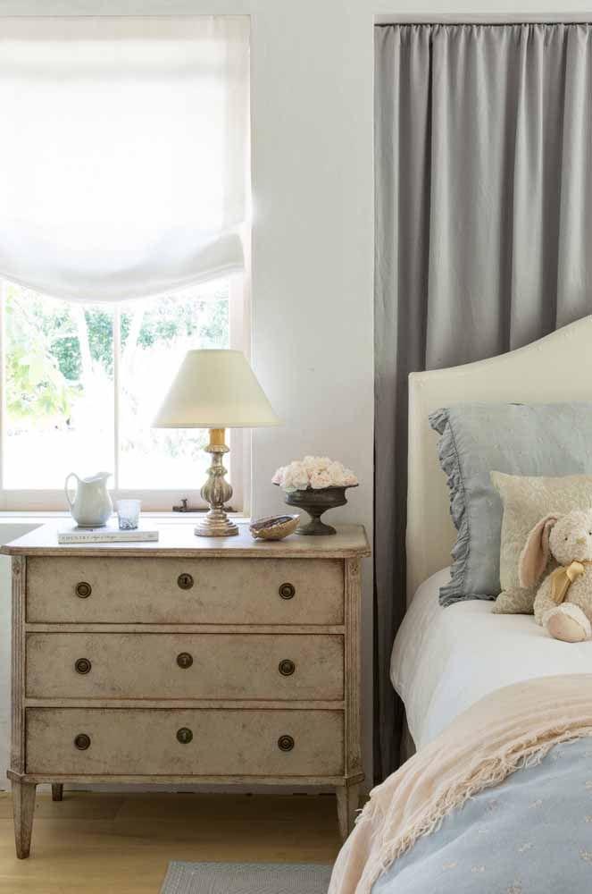 Um efeito desgastado mais natural pode ser obtido usando cores neutras e claras similares a cor da madeira, como o bege ou o marrom