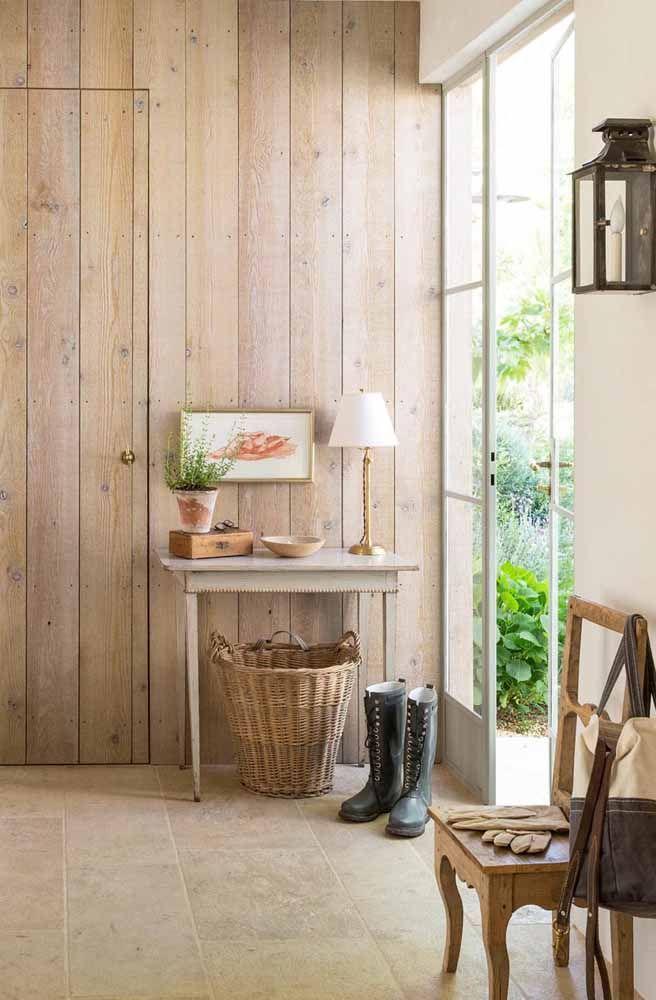 A mesinha discreta no canto da sala foi valorizada no ambiente pelo efeito da pátina