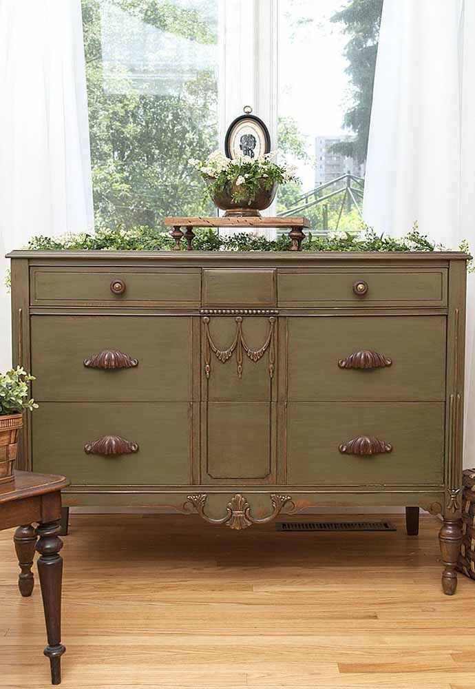 Em móveis antigos e de estética luxuosa a pátina também se demonstra uma grande aliada, basta apenas desgastá-la com menos intensidade