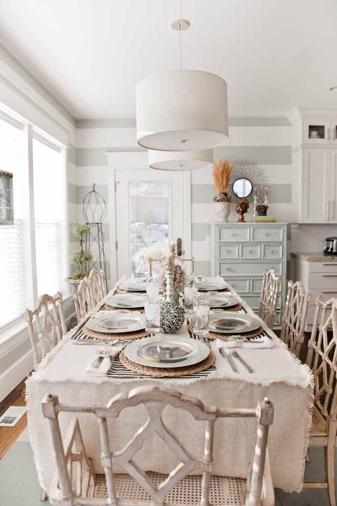 A mesa ampla fica mais aconchegante com as cadeiras em pátina