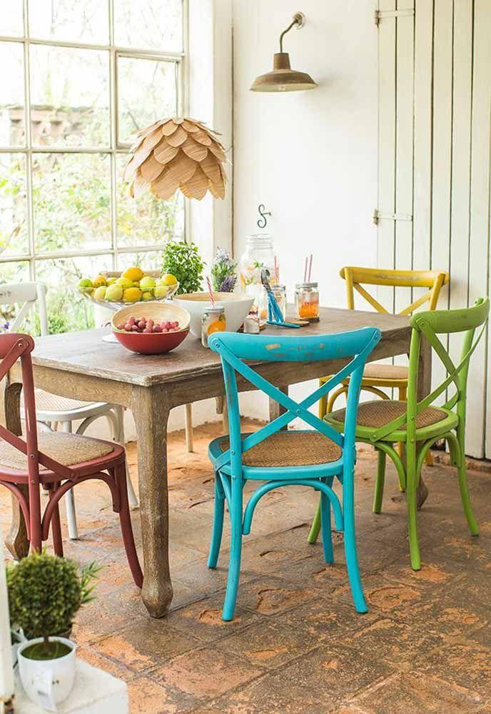 Cada cadeira de uma cor, mas todas elas devidamente marcadas pelo efeito da pátina