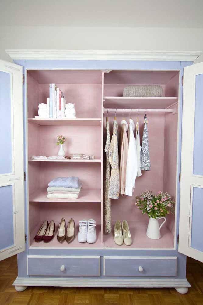 O guarda roupa cor de lavanda aproveitou do charme da pátina para ficar ainda mais delicado