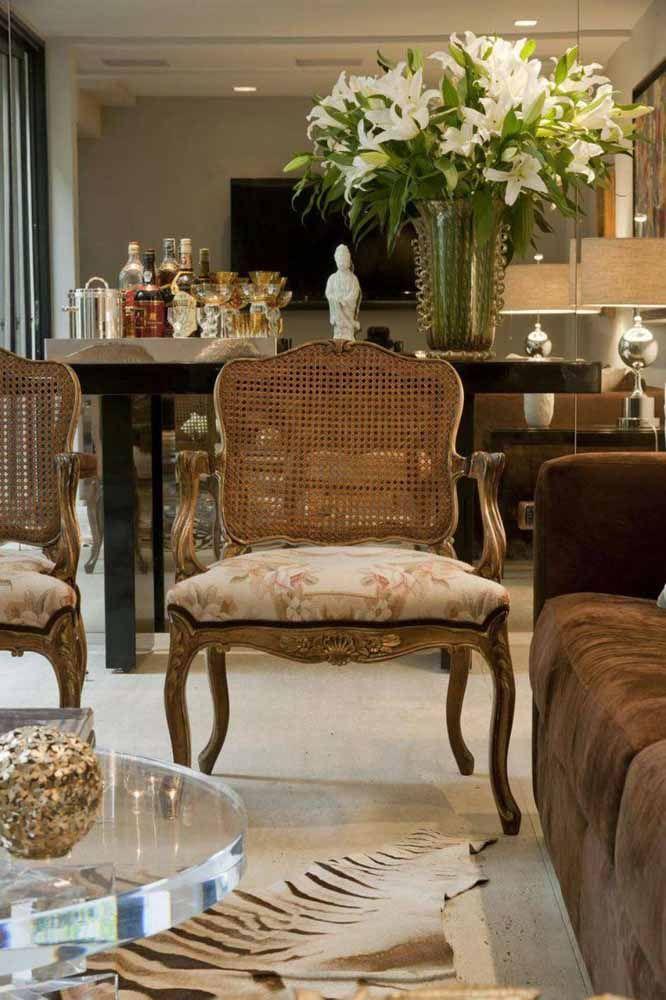 As poltronas vitorianas já esbanjam classe e sofisticação naturalmente, a aplicação da pátina em tom metálico vem apenas para reforçar o ar histórico do móvel