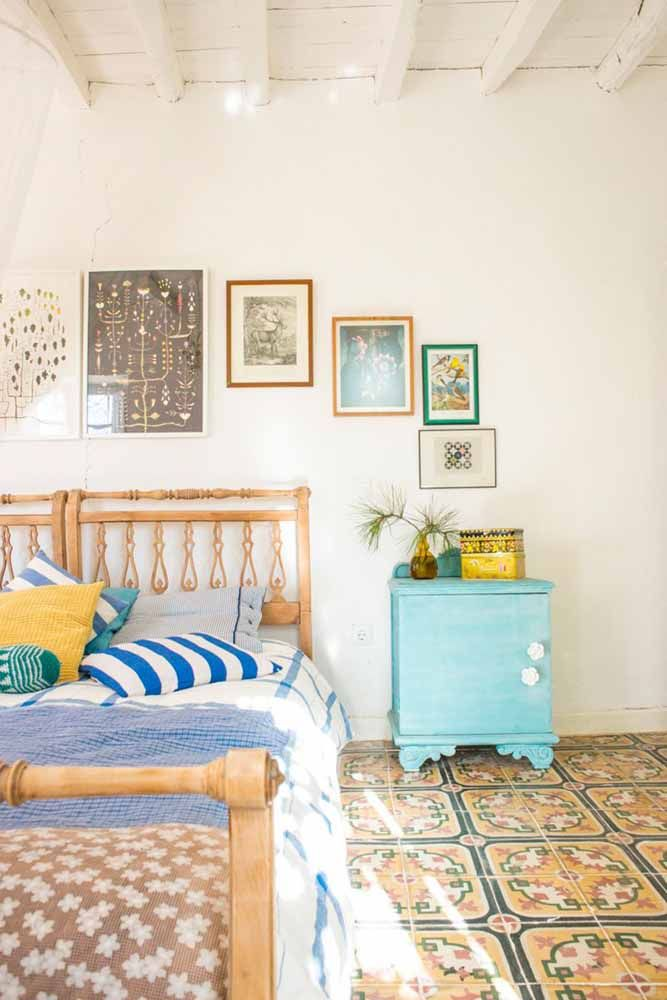 Nesse quarto de casal foi o criado-mudo que recebeu a pátina no tom de azul turquesa