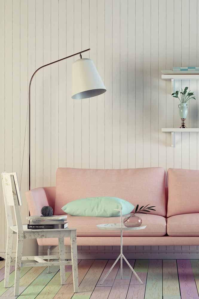 Sala romântica apostou na cadeira em pátina para realçar a proposta de decoração
