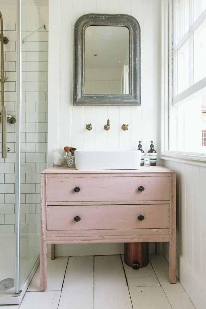 Para o banheiro branco um móvel cor de rosa em pátina: uma combinação cheia de charme