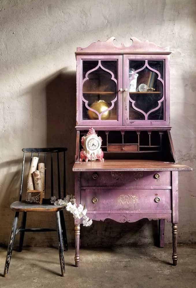 E essa estante roxa com pátina? Um tanto inesperada para você?