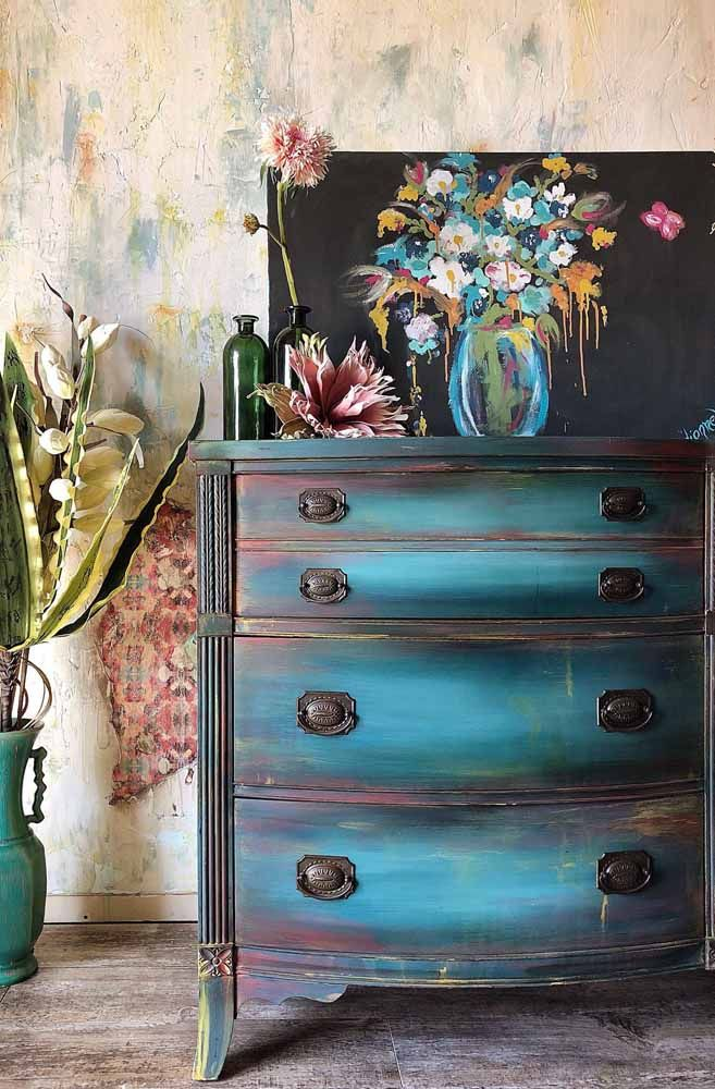 Para combinar com a pátina colorida da cômoda, uma tela nas mesmas cores; repare que a parede também recebeu a técnica