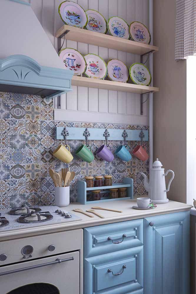 A pátina entra nessa cozinha de modo discreto e delicado através do suporte para xícaras