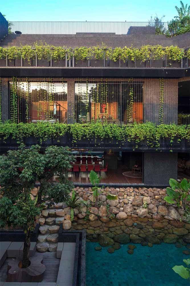 Para completar a proposta verde do telhado um mini lago na entrada da casa