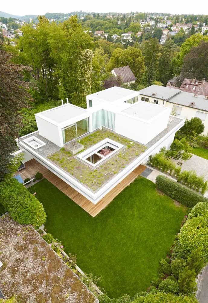 Telhado verde com plantas baixas e rasteiras complementado pelos caminhos de pedra