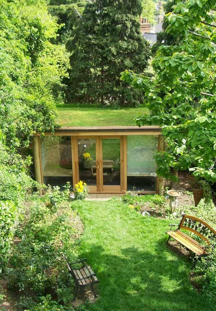 As árvores em torno da casa realçam a beleza verde da construção sustentável