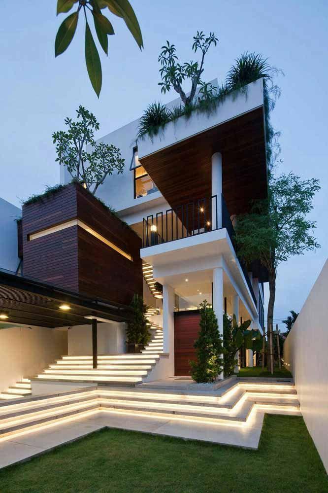 A madeira usada na fachada dessa casa casou perfeitamente com a proposta do telhado verde