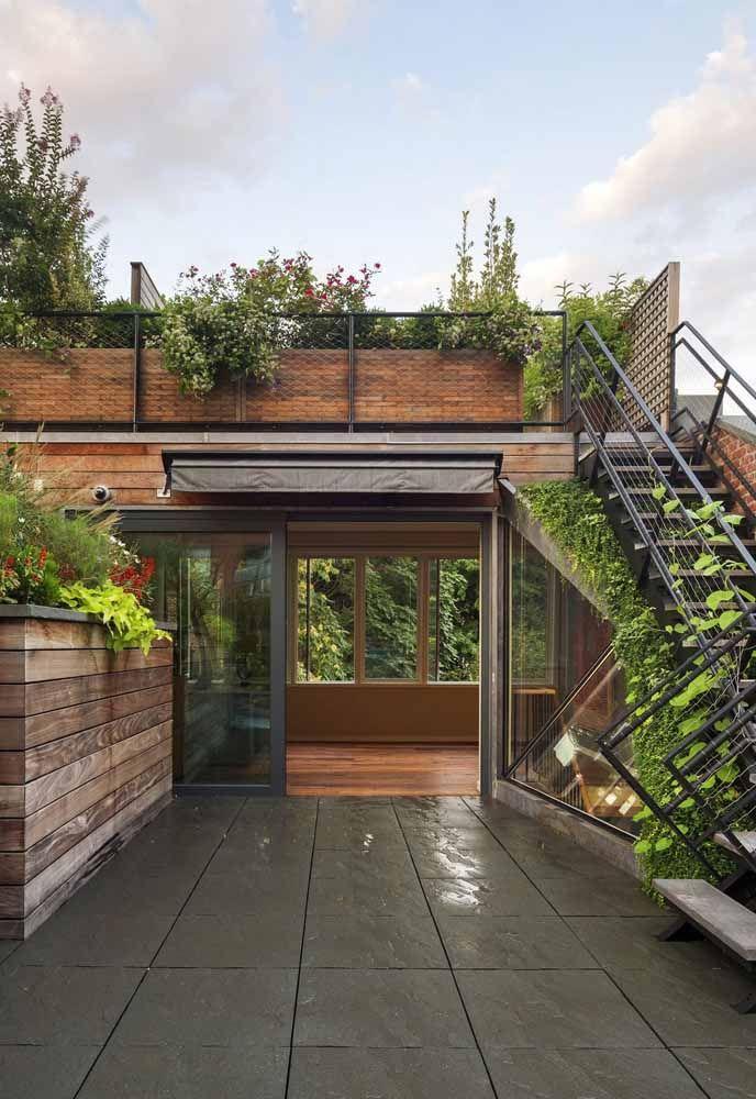 O telhado verde é parte integrante da casa e isso fica bem evidente com o uso da escada que dá acesso direto a ele