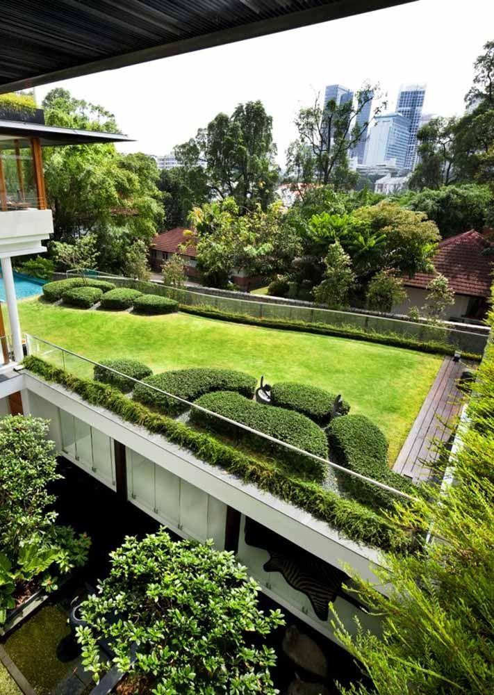 Nesse telhado verde, o deck de madeira dá um charme a mais ao espaço