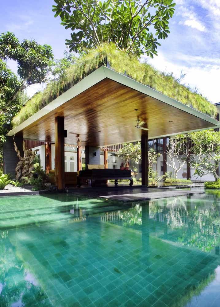O telhado verde deixa a área da piscina ainda mais fresca e agradável
