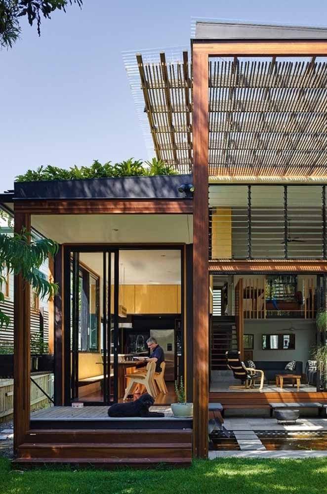 A casa que prioriza a iluminação natural apostou em um telhado verde para deixar o pavimento inferior fresquinho
