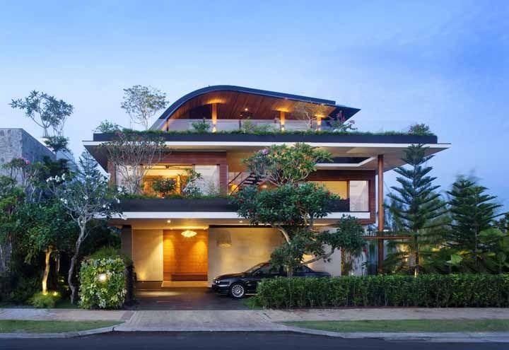 Complemente a proposta do telhado verde com uma fachada cheia de plantas