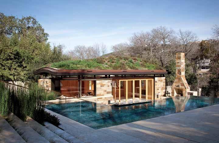 A estrutura curvada do telhado verde além de muita bonita facilita o processo de escoamento da água da chuva