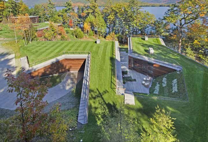 Essa casa foi construída de tal modo que ela até parece ser subterrânea, mas na verdade esse efeito é graças ao telhado verde que cobre toda sua extensão