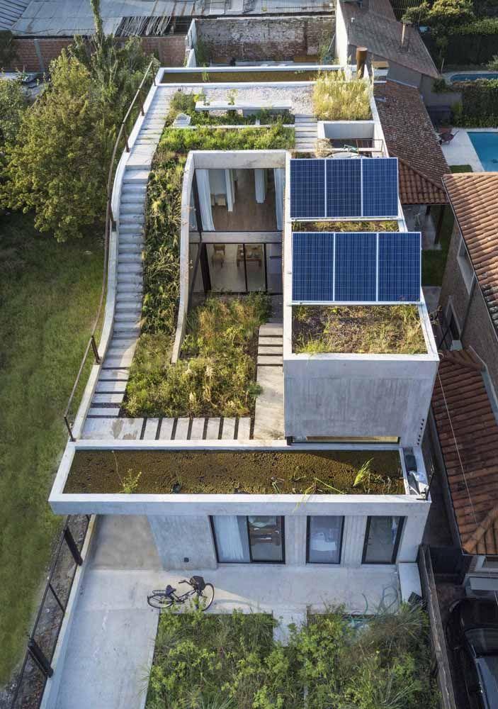 O telhado verde dessa casa está presente nos dois pavimentos e o acesso por ele é facilitado pelo uso da escada lateral