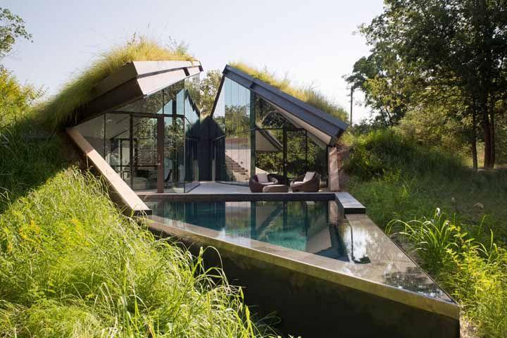 Casa de vidro com telhado verde: uma arquitetura pra lá de moderna e estilosa