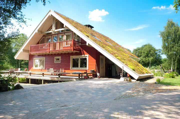 Quem disse que telhado duas águas não pode ter um telhado verde?