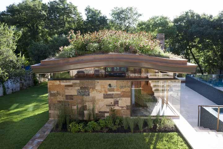 Um canteiro de flores sobre o telhado verde para encher os olhos com tanta beleza