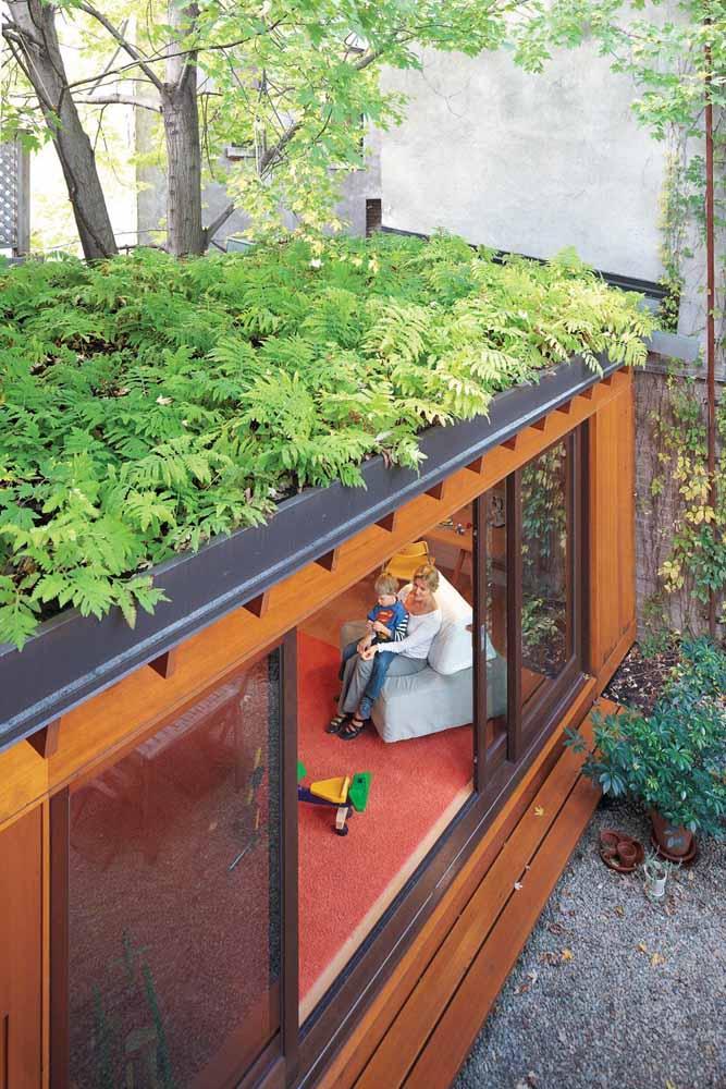 Esse telhado se aproveitou da árvore que passa por ele para ficar ainda mais verde
