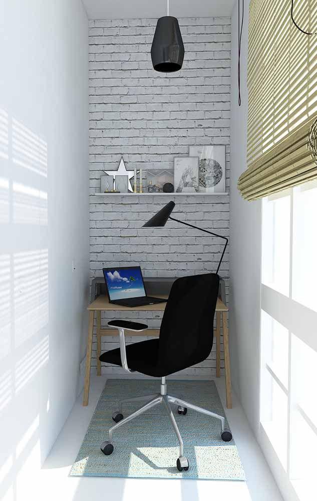 A ideia de escrivaninha aqui é muito simples: uma mesa quadrada de madeira com uma cadeira de escritório preta