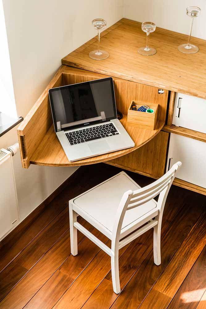 Um móvel que se transforma em escrivaninha, basta tirá-lo de dentro do armário