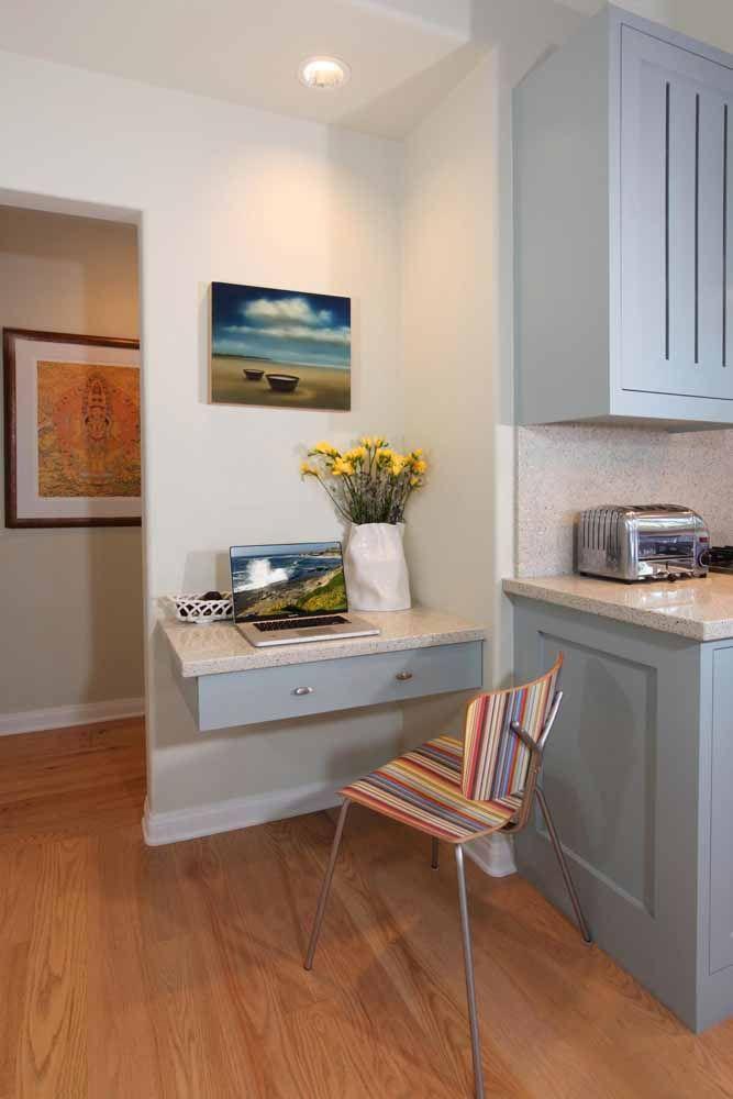 A preocupação aqui foi seguir o mesmo padrão do móvel da cozinha na escrivaninha; repare que até o tampo de granito é o mesmo