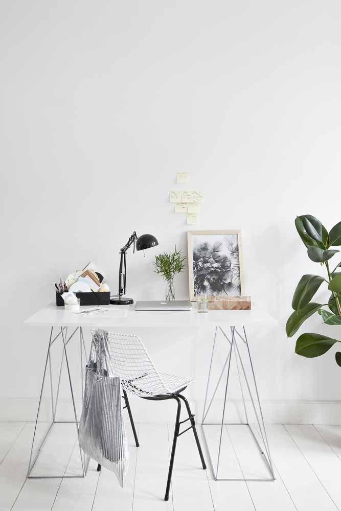 Para os adeptos do estilo minimalista, essa escrivaninha é perfeita: pés metálicos em formato de cavalete com tampo branco