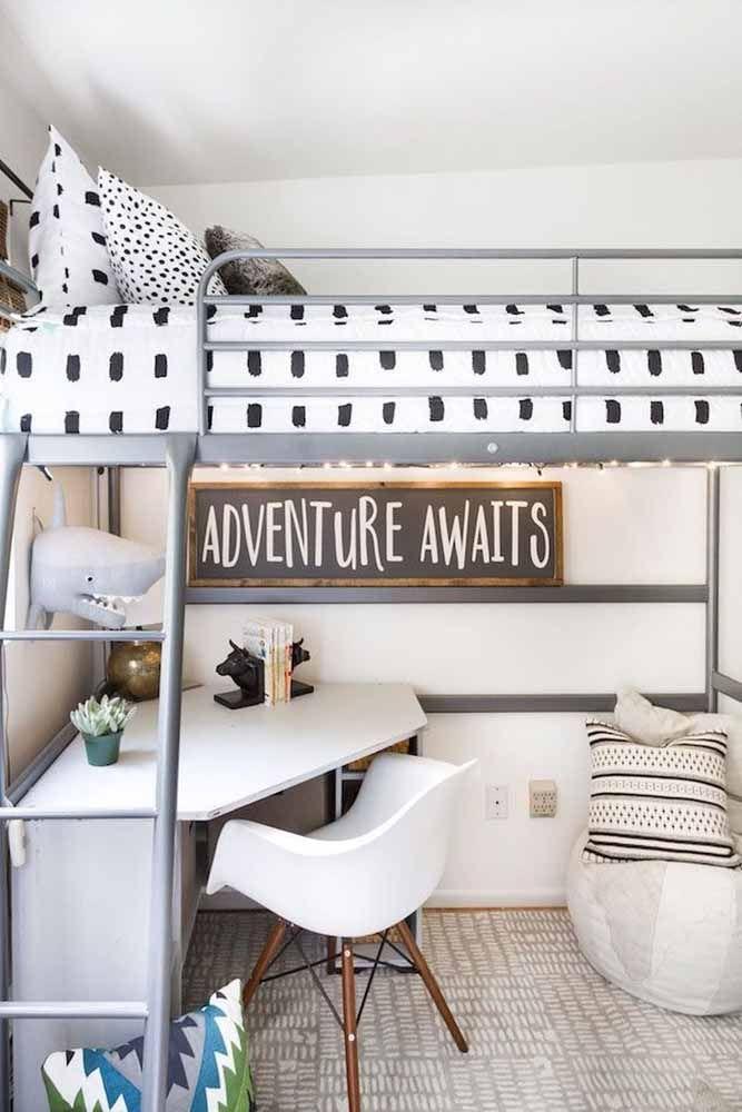 Para otimizar espaço no quarto, a opção foi montar a escrivaninha pequena sob a cama