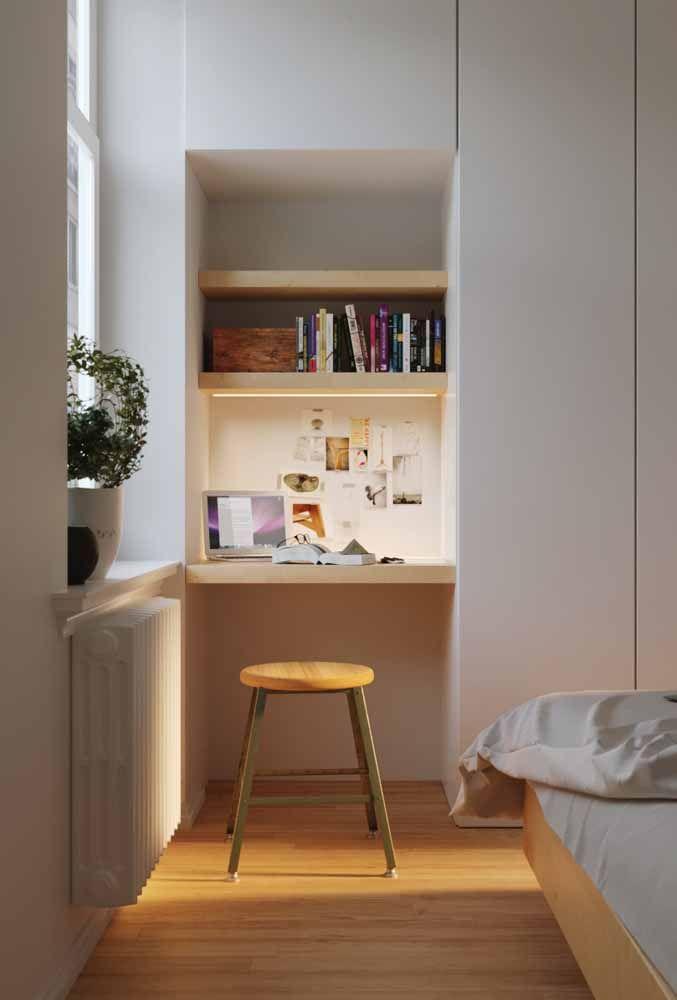 No cantinho do quarto, embutida no guarda roupa essa escrivaninha nem de longe foi feita para ficar escondida