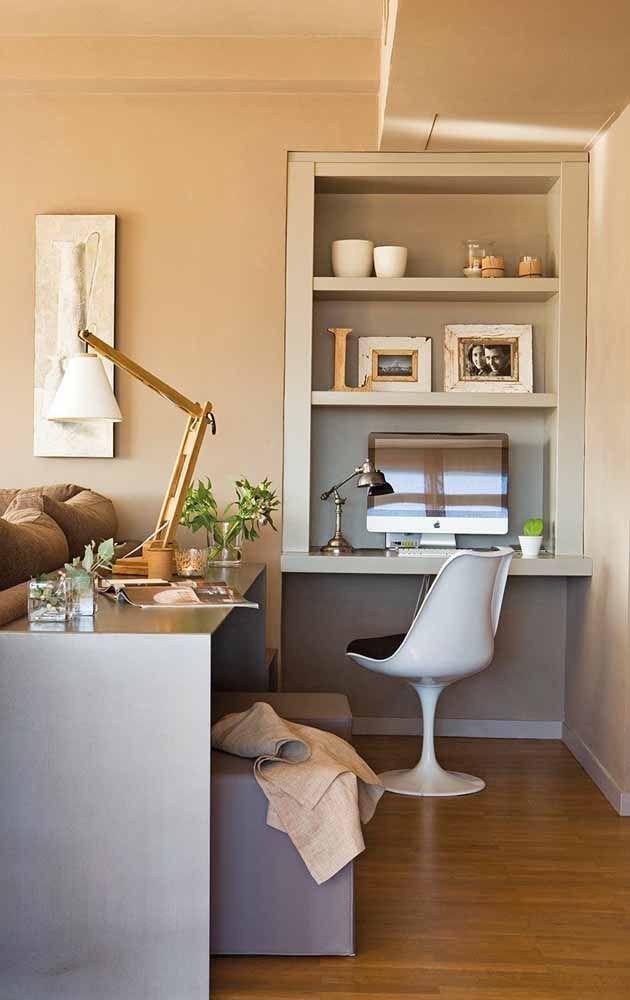 Nessa sala, um nicho na parede sustenta a escrivaninha pequena e suas prateleiras