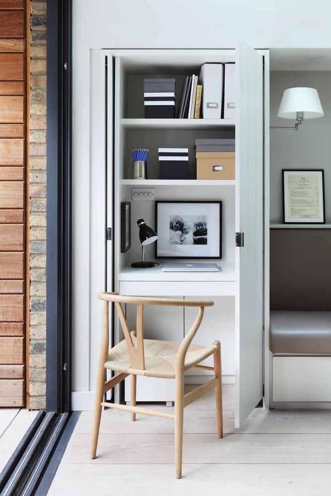 Agora se a intenção é deixar a escrivaninha pequena escondida, coloque-a dentro da parede e feche-a com uma porta