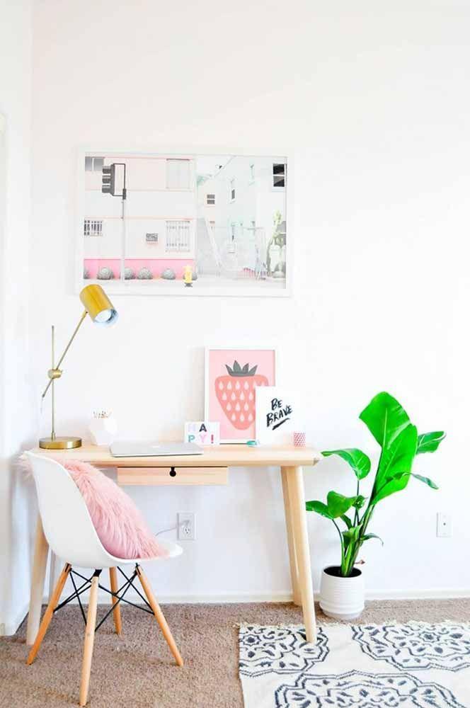 A escrivaninha pequena pode e deve ser decorada de acordo com os seus gostos pessoais, cuidado apenas para não exagerar na dose e comprometer o uso do móvel