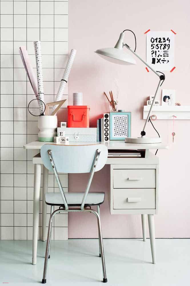 Escrivaninha pequena, mas mesmo assim ela dá conta do trabalho, literalmente!